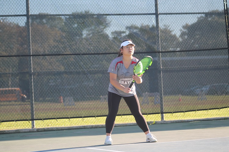 Caroline Lee beat Rena Zervakos 6-0, 6-7(4), 6-1 at first singles as Syosset came back to beat Roslyn on Thursday.